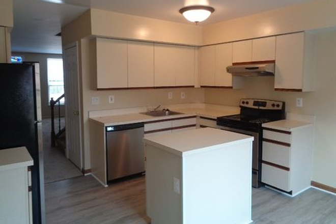 Kitchen - Fantastic 3 Bedroom, 2.5 Bathroom plus Family Room SO close to Hopkins Townhome
