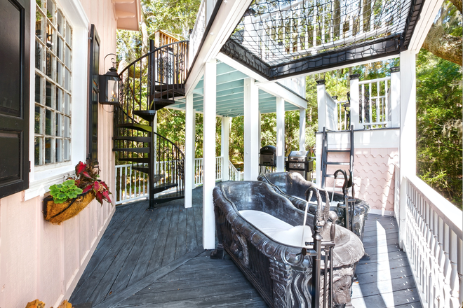 The Charleston Treehouse 2story deck - Luxury Treehouses on 30-acre Waterfront Nature Retreat Rental