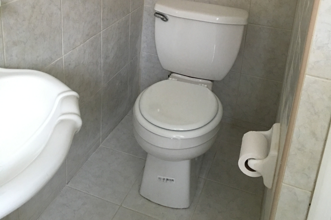 Bathroom - AVAILABLE IMMEDIATELY!! ROOM FOR RENT | CLOSE TO CAMPUS (APPX 5 MIN WALK)! RENT INCLUDES ALL UTILITI Townhome