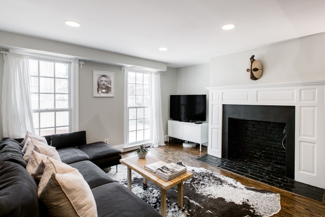 Living room - Luxury 4 bedroom 4 bath with 6 beds fully furnished in heart of Georgetown Townhome